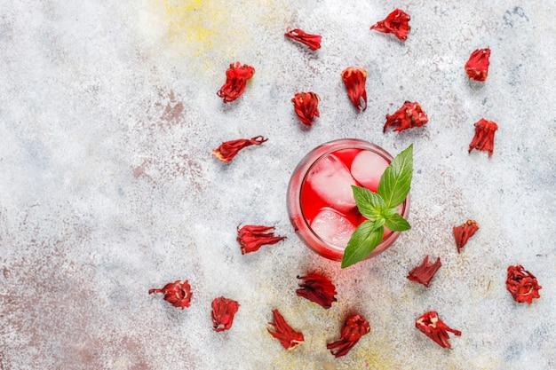 氷とバジルの葉を使ったコールドブリューハイビスカスティー。 無料写真