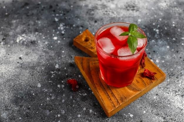 Чай гибискуса заваривать холодным способом со льдом и листьями базилика. Бесплатные Фотографии