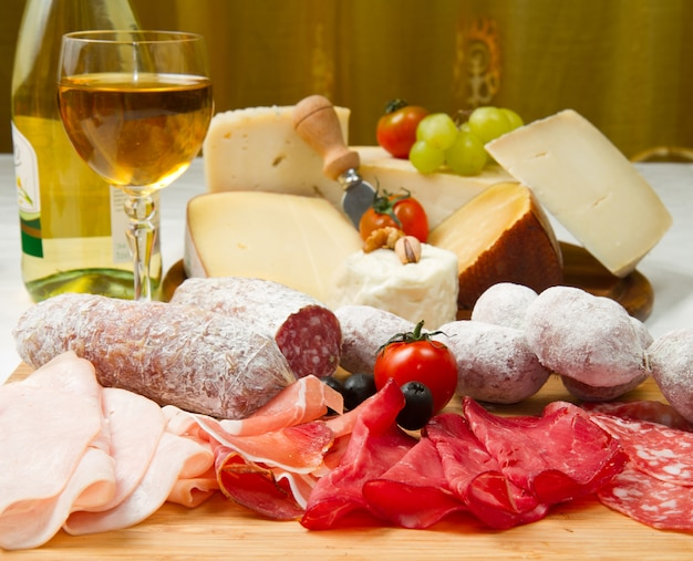 Cold cuts and cheese Premium Photo