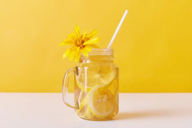 冷たい夏の喉の渇き消しゴム、レモンスライスとストロー 無料写真