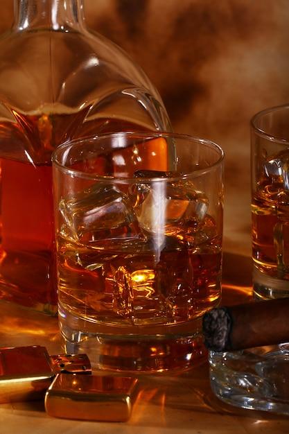 冷たいウイスキーと葉巻 無料写真