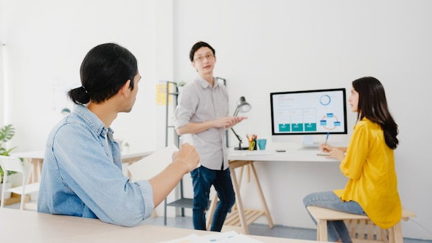ラップトッププレゼンテーションとコミュニケーション会議を使用する多文化ビジネスマンのコラボレーションプロセス。ホームオフィスでの新しいプロジェクトの同僚の作業計画の成功戦略についてアイデアをブレーンストーミングします。 無料写真