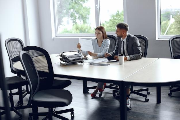 Коллеги пьют кофе. деловые партнеры на деловой встрече. мужчина и женщина, сидя за столом Бесплатные Фотографии