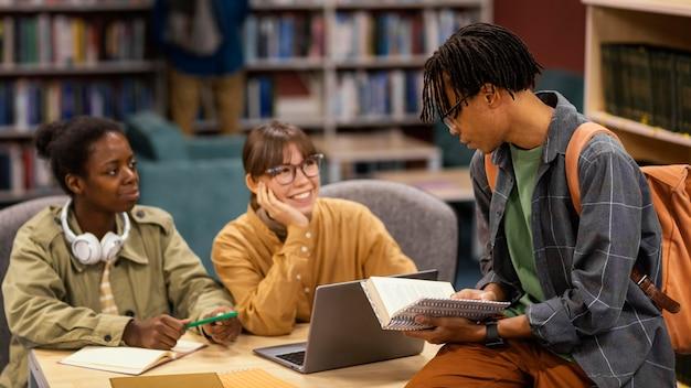 대학 도서관에서 공부하는 동료 무료 사진