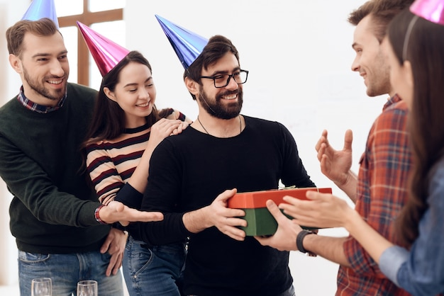 Colleagues surprise another employee of company Premium Photo