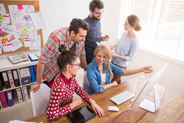 Colleghi che lavorano in ufficio in un'atmosfera rilassata Foto Gratuite