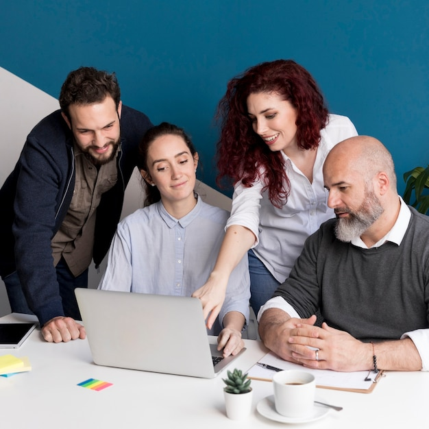 Colleagues working on project together Free Photo