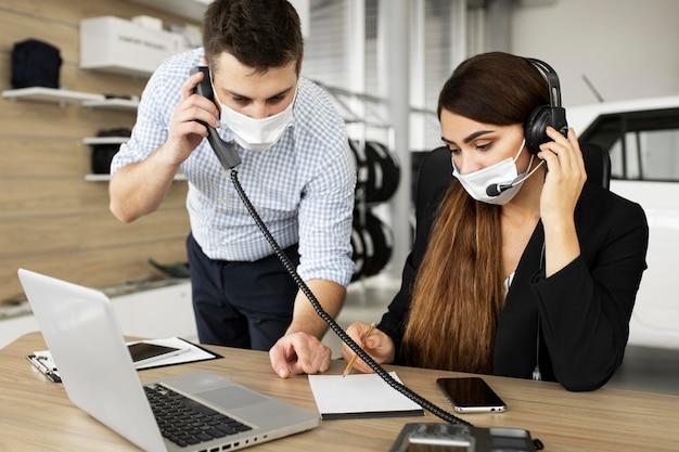 Colleghi che lavorano insieme in ufficio Foto Gratuite