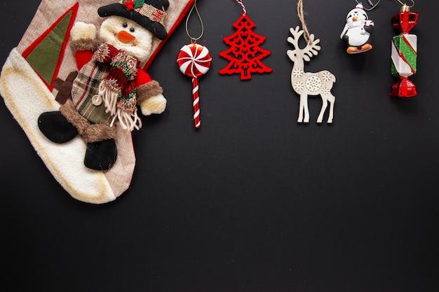 Accumulazione degli ornamenti di natale su priorità bassa nera Foto Gratuite