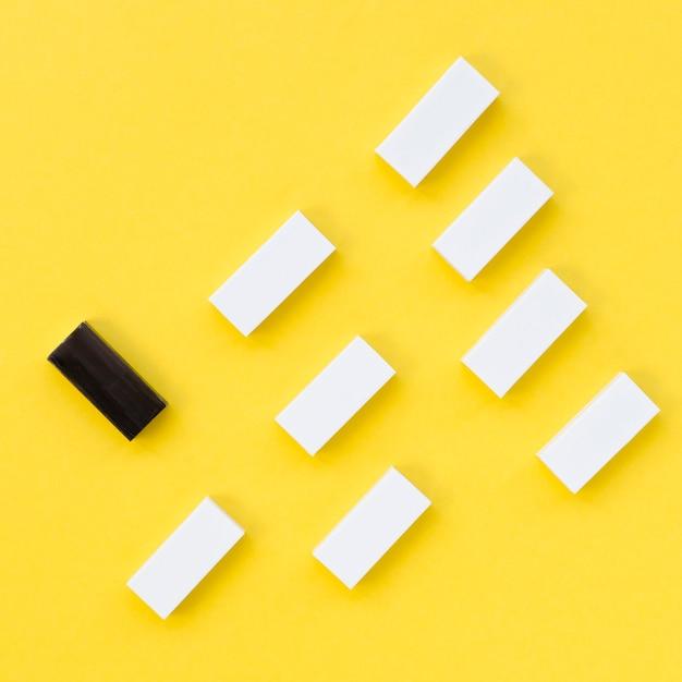 Collezione di mattoni bianchi accanto a uno nero Foto Gratuite
