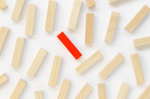 Collezione di mattoni di legno accanto a uno rosso Foto Gratuite