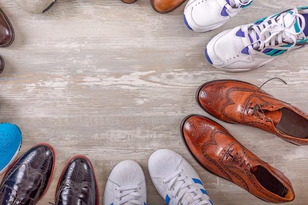 Мужская обувь collectionon деревянный фон. мужская модельная кожаная обувь на плоской подошве Premium Фотографии