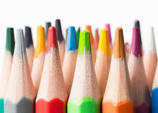 白い背景の上の色鉛筆。クローズアップ。学校のコンセプトに戻る。 Premium写真