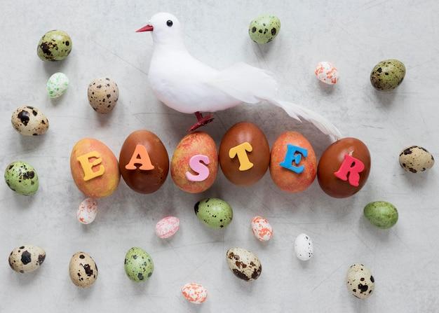 着色されたイースターエッグと装飾的な鳩 無料写真