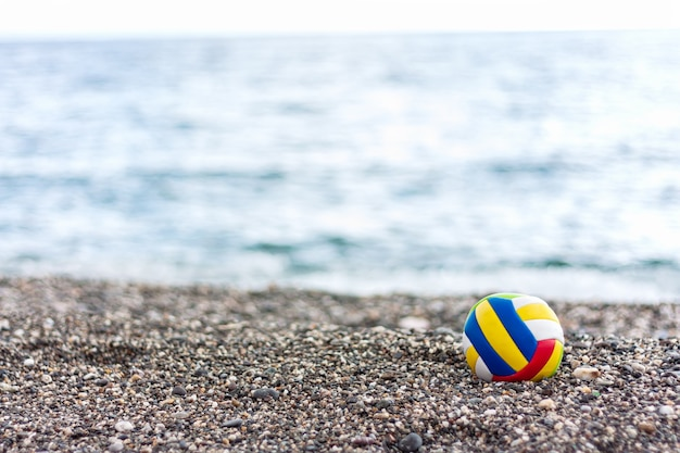 여름 바다 배경에 Pabble 해변에 색된 외로운 어린이 공. 프리미엄 사진