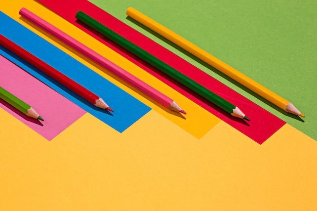 색연필과 컬러 용지 무료 사진