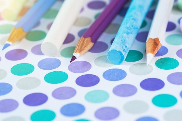 色鉛筆と学校のテキスト用のスペースを持つポイントにパステル調の背景にチョークします。 Premium写真