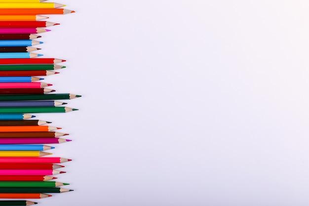 色鉛筆は白の行にあります。 Premium写真
