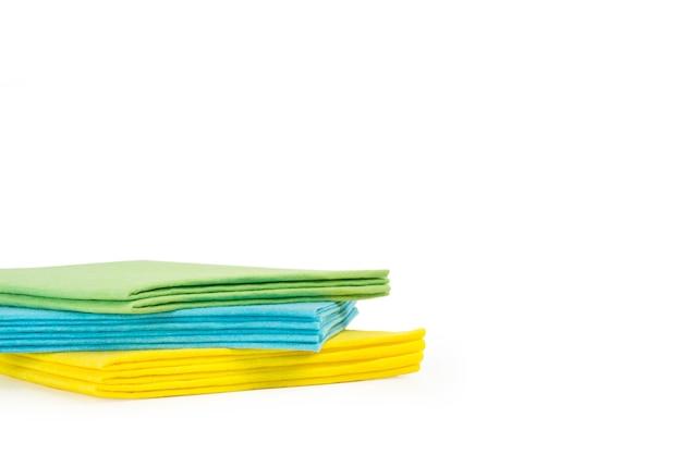 Цветная одежда из губки, изолированные на белом фоне Premium Фотографии