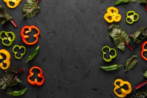 Цветные овощи свежие спелые и нарезанные на темный стол Бесплатные Фотографии
