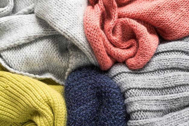 Цветные теплые вязаные вещи Premium Фотографии
