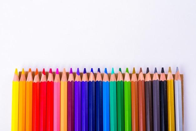 절연 행에 색된 나무 연필 프리미엄 사진