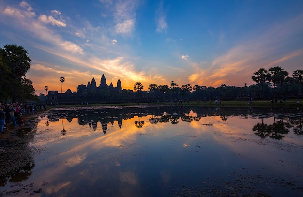 Красочная атмосфера и восход солнца в ангкор-ват. Premium Фотографии
