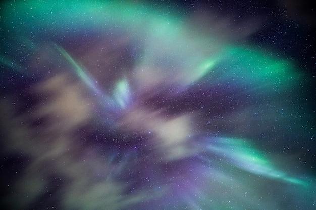 하늘에 별과 화려한 오로라 보 리 얼리스 프리미엄 사진