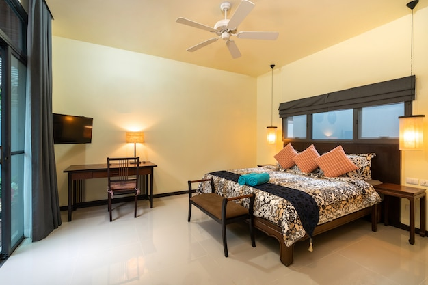 Красочное постельное белье в доме с уютной спальней Premium Фотографии