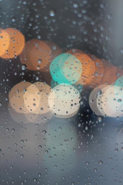 Bokeh variopinto in finestra mentre piovendo Foto Gratuite