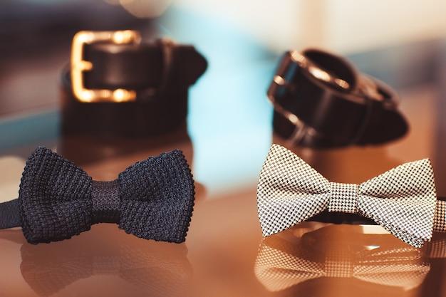 店内のカラフルな蝶ネクタイとベルト Premium写真