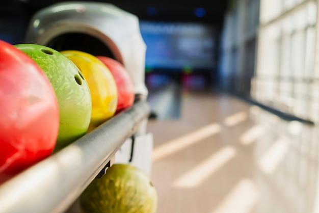 Palle da bowling colorate sul vicolo offuscata Foto Gratuite