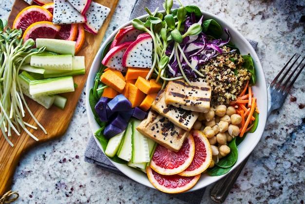 豆腐のグリルとドラゴンフルーツのカラフルな仏ボウル Premium写真