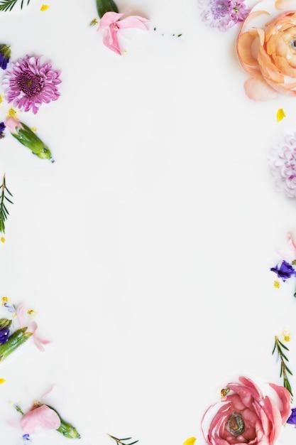Fiori di ranuncolo colorati in un bagno di latte Foto Gratuite