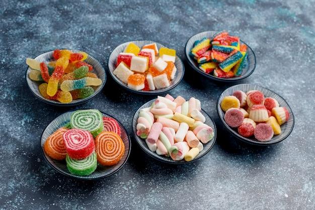 カラフルなキャンディー、ゼリー、マーマレード、上面図 無料写真