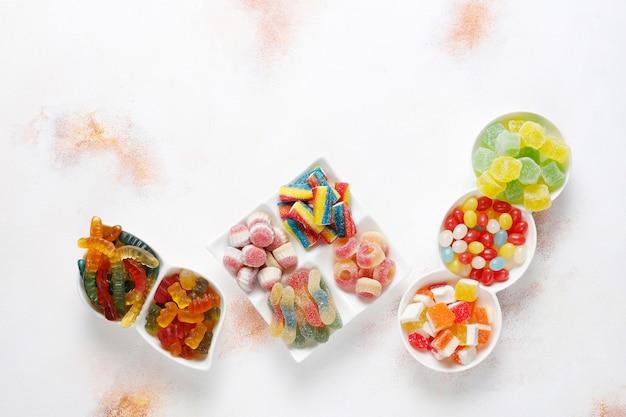 カラフルなキャンディー、ゼリー、マーマレード、不健康なお菓子。 無料写真