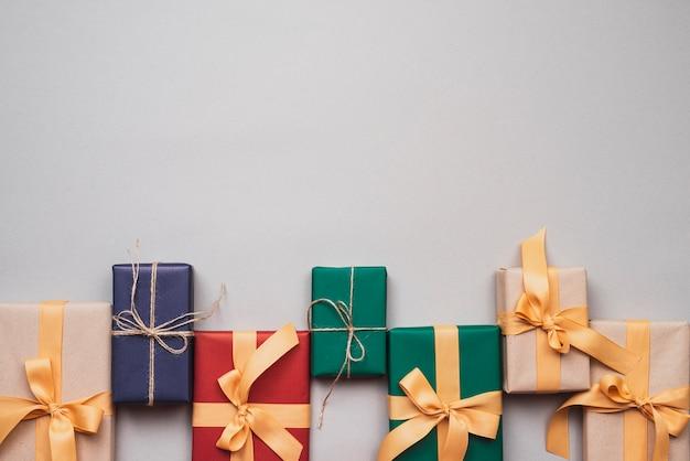 Красочные рождественские подарки с лентой и копией пространства Бесплатные Фотографии