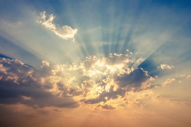 일몰에 구름과 화려한 극적인 하늘입니다. 태양 배경으로 하늘 프리미엄 사진