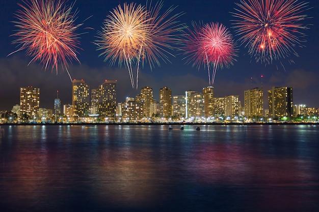 ホノルルスカイラインハワイ上のカラフルな花火 Premium写真