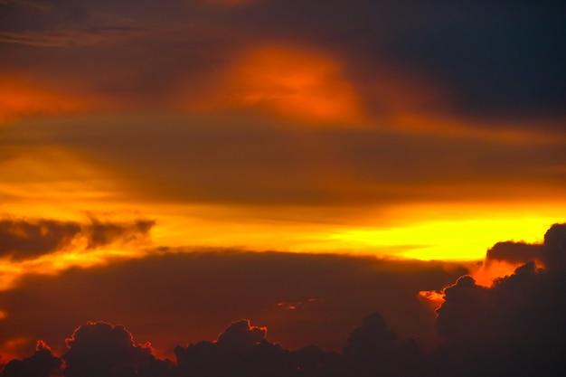 Красочное пламя облака закат на море и луч красочные небо Premium Фотографии