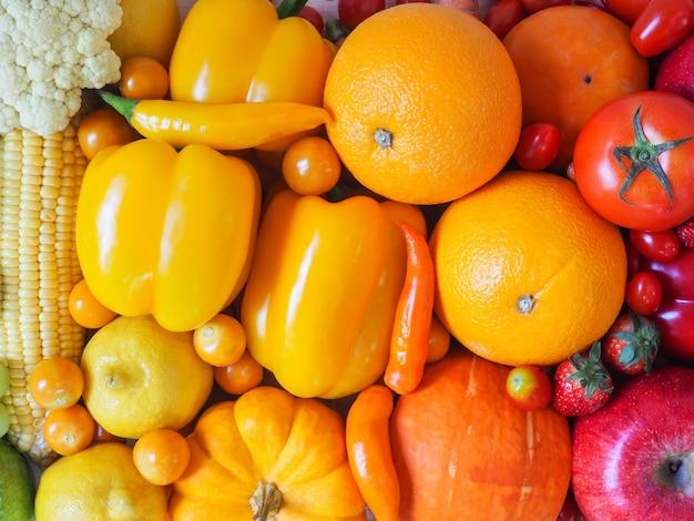 カラフルな新鮮な果物や野菜の背景、健康的な食事の概念。 Premium写真