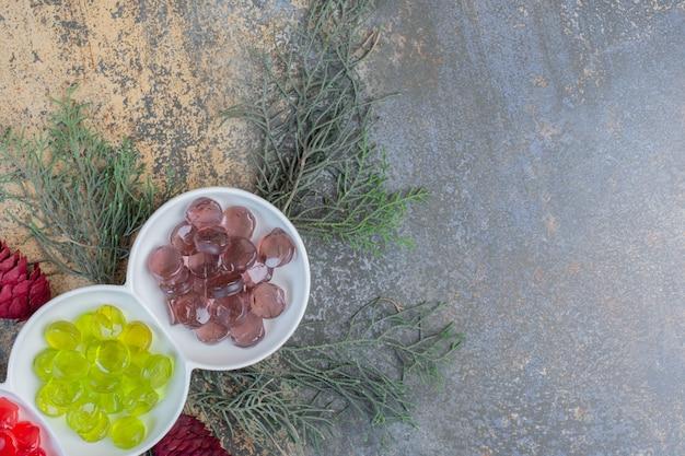 크리스마스 Pinecones와 다채로운 과일 젤리 사탕. 고품질 사진 무료 사진