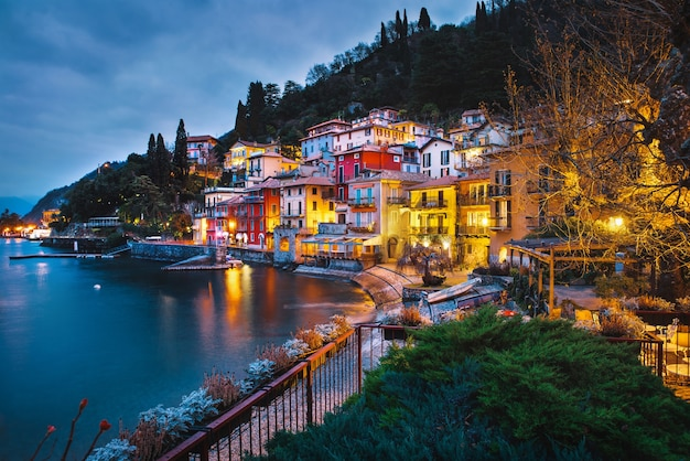 Разноцветные дома на берегу озера комо Premium Фотографии