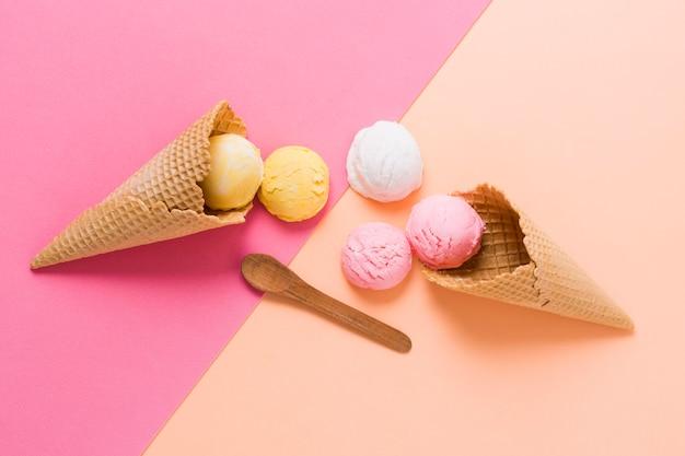Красочные шарики мороженого на конусе Бесплатные Фотографии