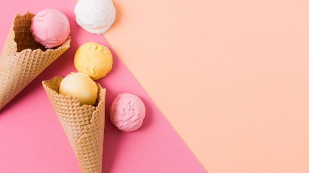 コピースペース付きのカラフルなアイスクリームスクープ 無料写真