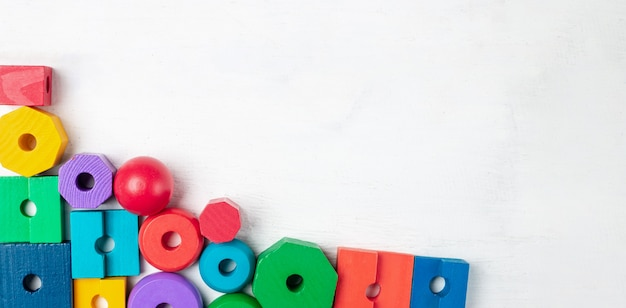 白い木製のカラフルな子供のおもちゃ。上面図。フラット横たわっていた。テキストのスペースをコピー Premium写真