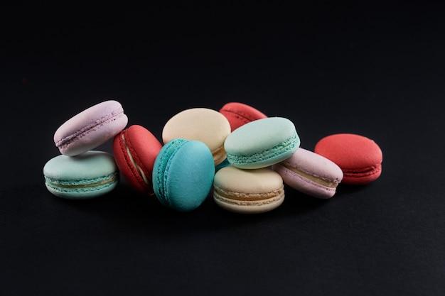 다양한 맛의 다채로운 마카롱 쿠키 프리미엄 사진