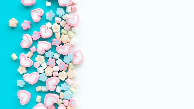 다채로운 마시멜로 파티와 축하 장식 배경 질감 평면 위치 디자인 프리미엄 사진