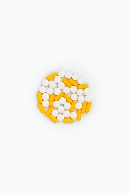 화이트에 다채로운 의료 약 프리미엄 사진