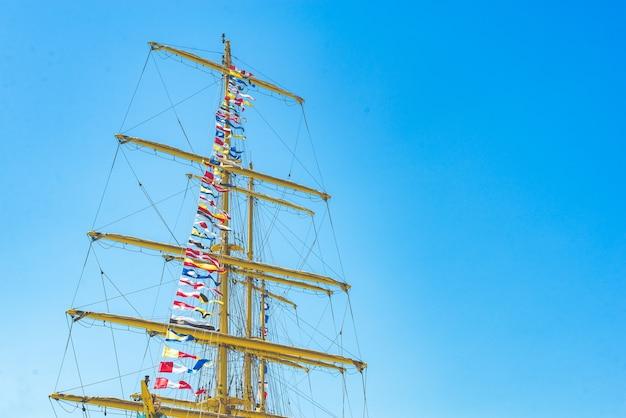 Красочные морские парусные флаги, развевающиеся на ветру Premium Фотографии